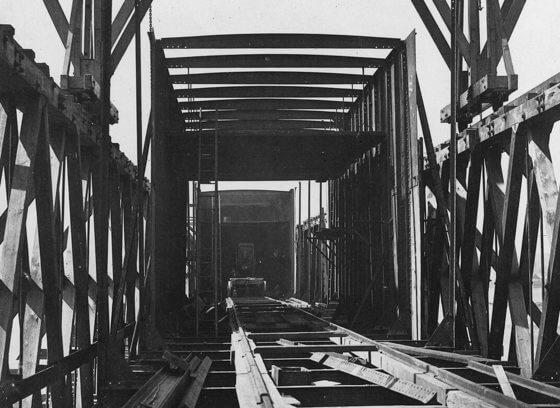 Vue de l'intérieur de la structure du tube et échafaudage, pont Victoria