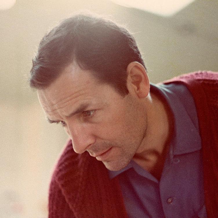 <p>Jack Chambers dans son atelier à la fin des années 1960, photographié parMichael Ondaatje.</p> <p></p> <p>Bandeau :Jack Chambers,<em>Sunday Morning No.2</em>(<em>Dimanche matin nº2</em>), 1968-1970, huile sur bois, 121,9x 121,9cm, Loch Gallery, Toronto.</p>