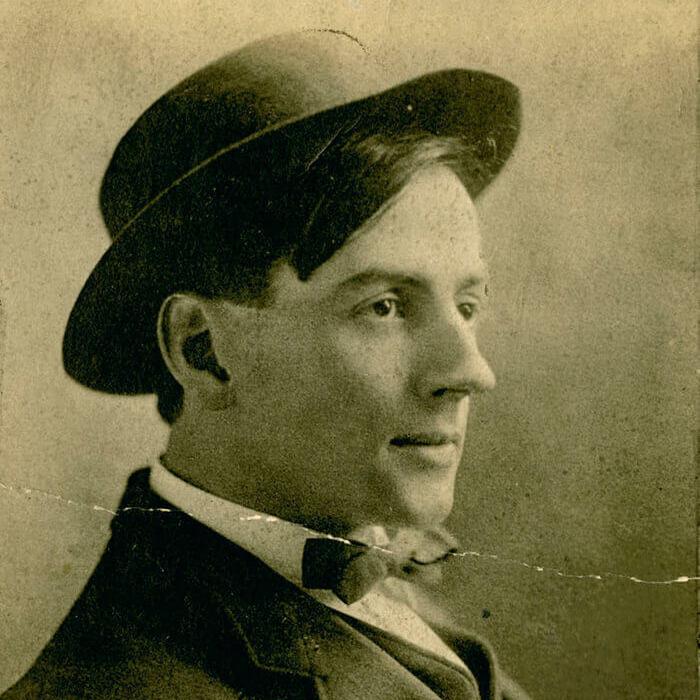 <p>Portrait de studio de Tom Thomson en tant qu'artiste commercial prometteur, v.1910.</p> <p></p> <p>Bandeau : Tom Thomson,<em>Splendeur d'octobre</em>(<em>Opulent October</em>), 1915-1916, huile sur toile, 54 x77,3cm, collection particulière, Thornhill, Ontario.</p>