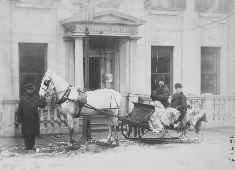 William Notman, La carriole de M.Collins au studio Notman, rue Bleury, Montréal, 1868-1869