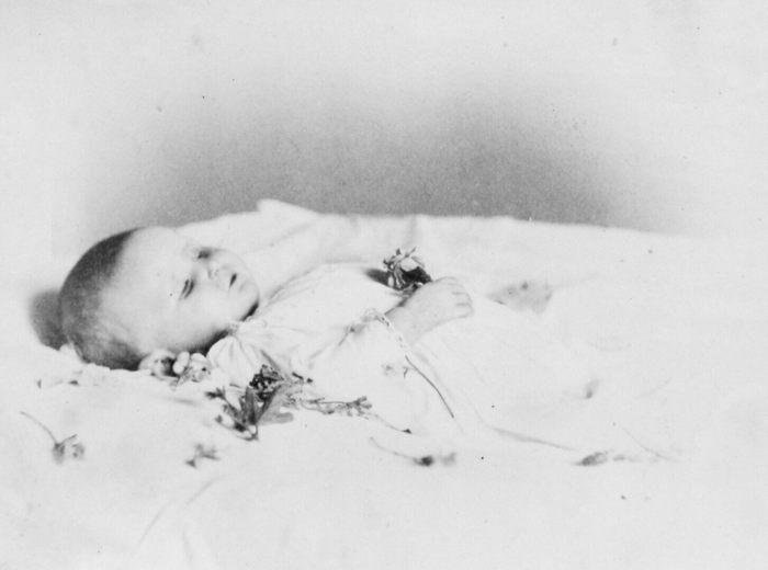 William Notman, Le bébé décédé de Mme Hillard, Montréal, 1868