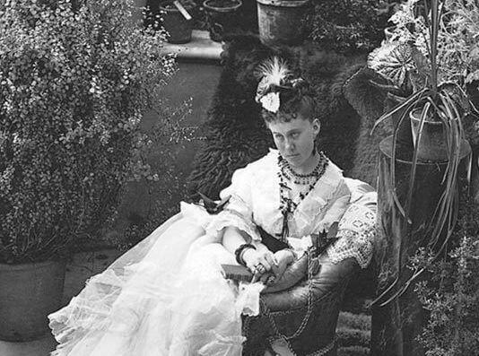 William Notman, Mme William MacKenzie dans la serre des Allan, Montréal, 1871