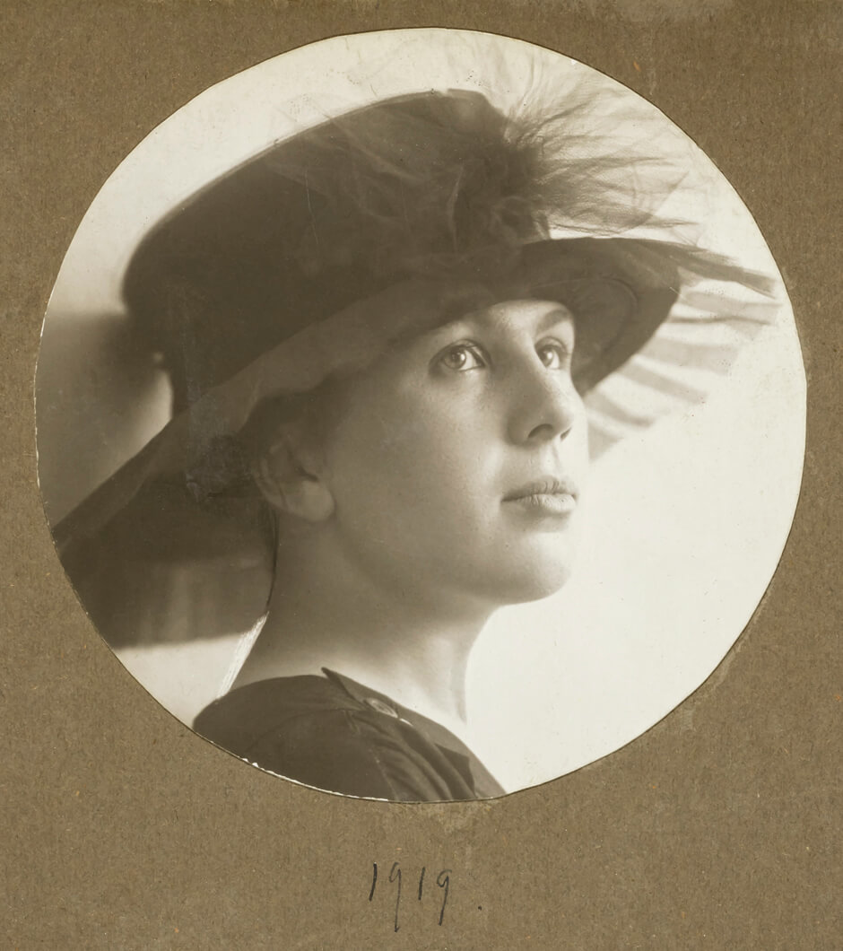 Art Canada Institute, A young Paraskeva Plistik, 1919.