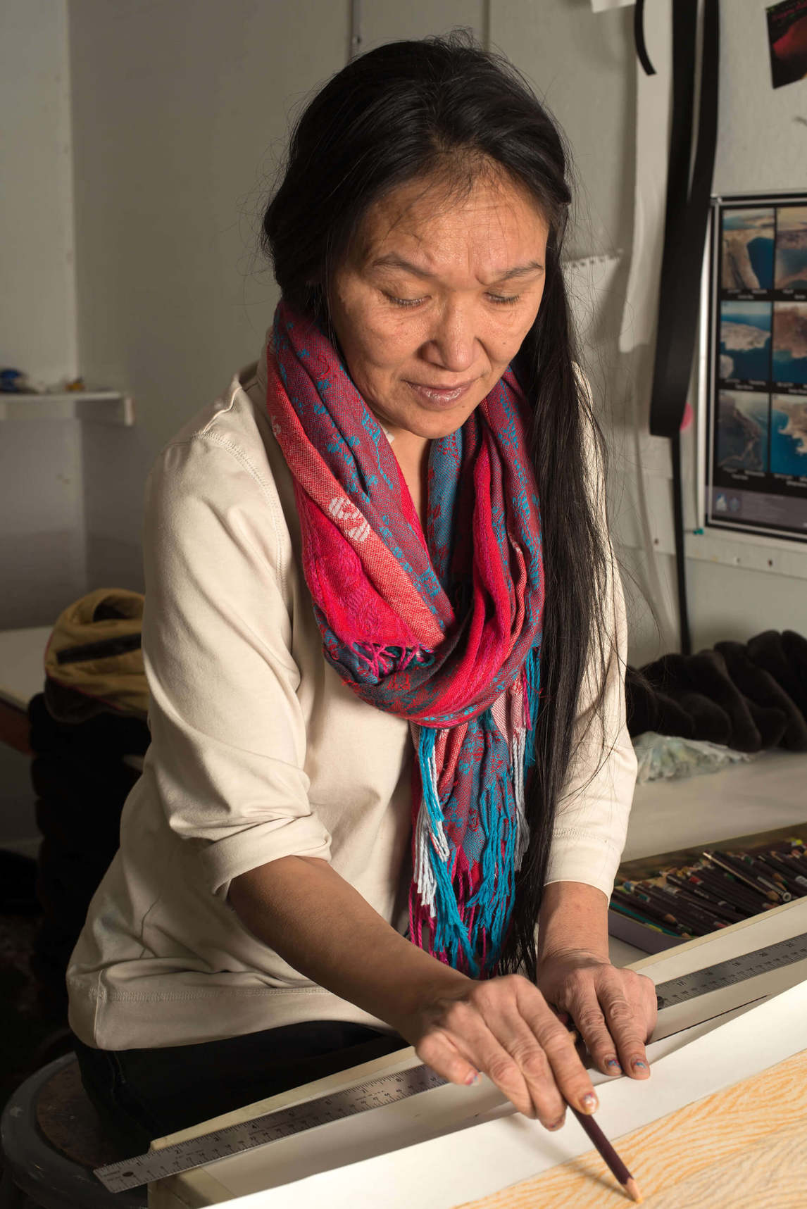 Art Canada Institute, William Ritchie, photograph of Shuvinai Ashoona drawing in Kinngait Studios, January 29, 2013