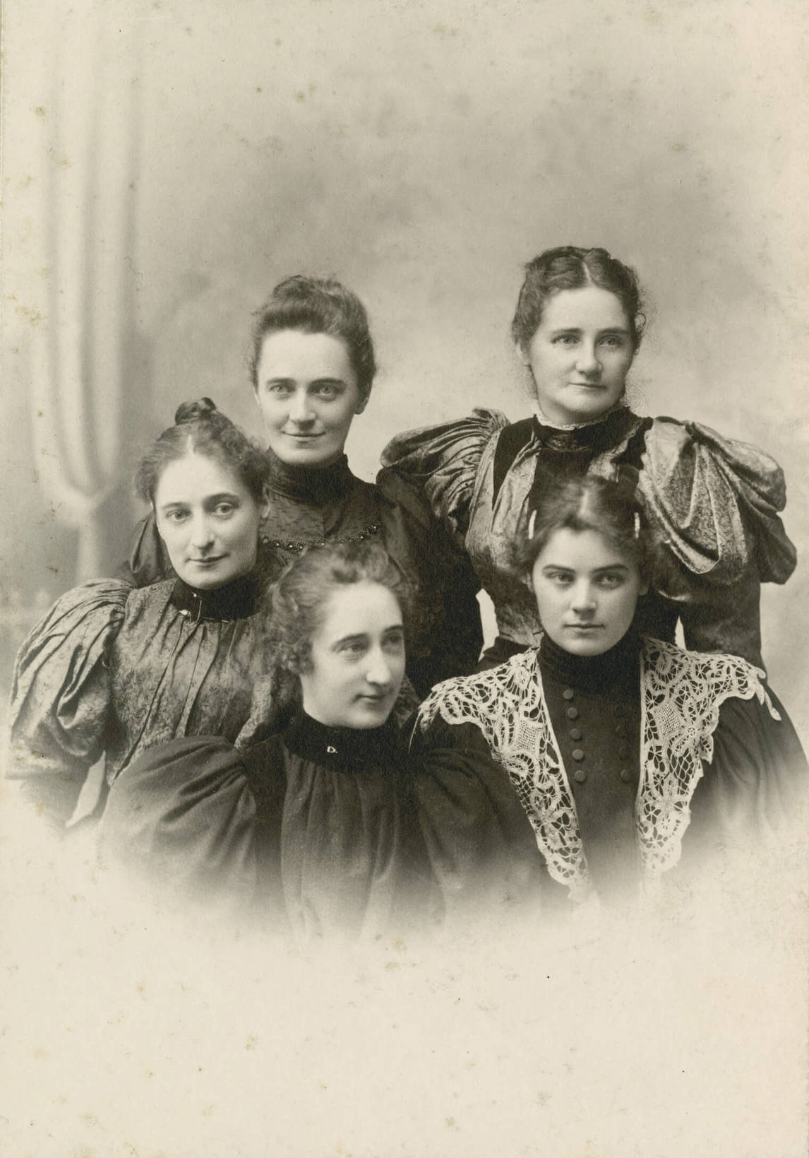 Art Canada Institute, Skene Lowe, Studio portrait of Carr and her sisters, 1895