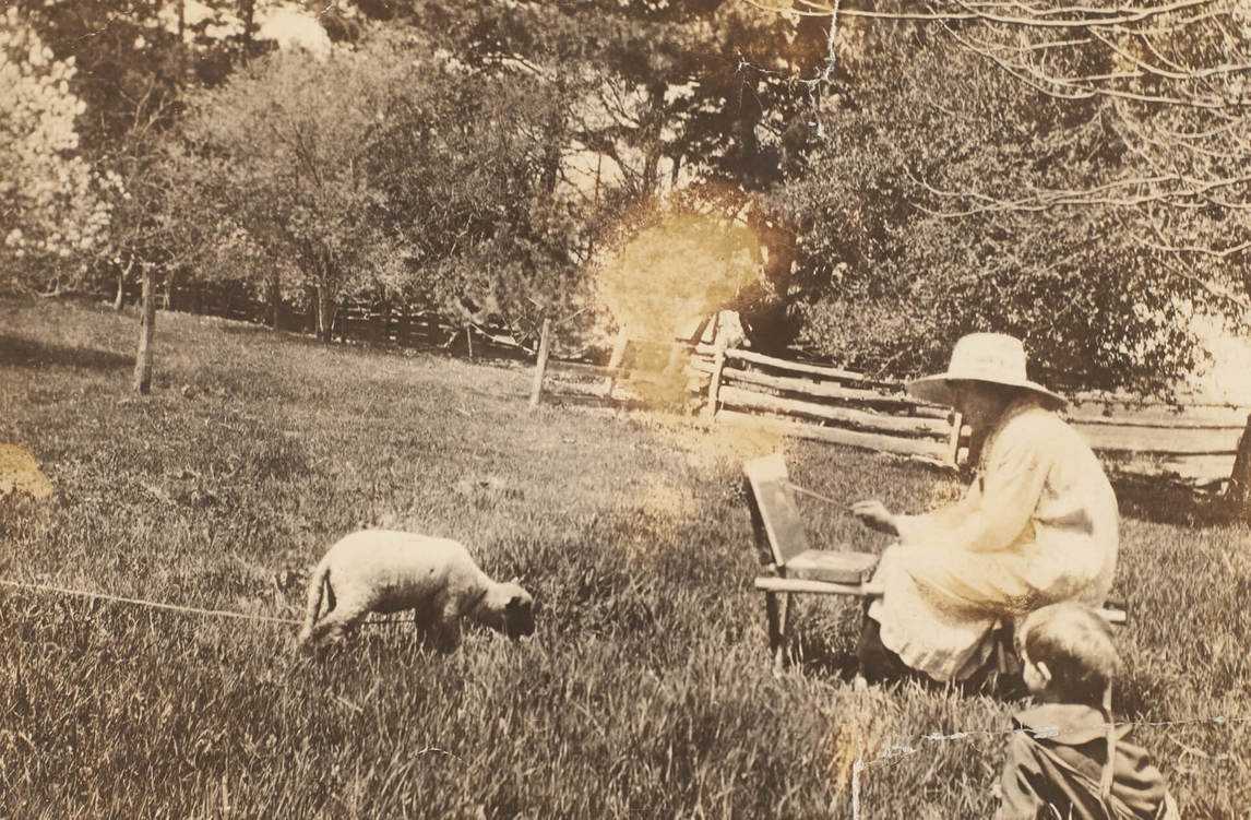 Art Canada Institute, Photograph of Heward painting en plein air around Brockville, c. 1920.